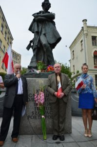 Prezesowie ZGODY - Oleg Krysin, z prawa, i KRYNICY - Stefan Wieloch, przy pomniku poety
