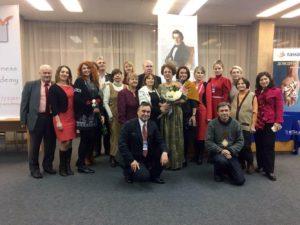 """Pianistka Helena Arendarewska (w centrum), członkowie KNKSP """"Zgoda"""" i przedstawiciele Art Business Academy (dookoła) i wielbiciel talentu Pani Heleny Pan Stefan Wieloch, Prezes PUSKO """"Krynica"""" (z lewa)"""
